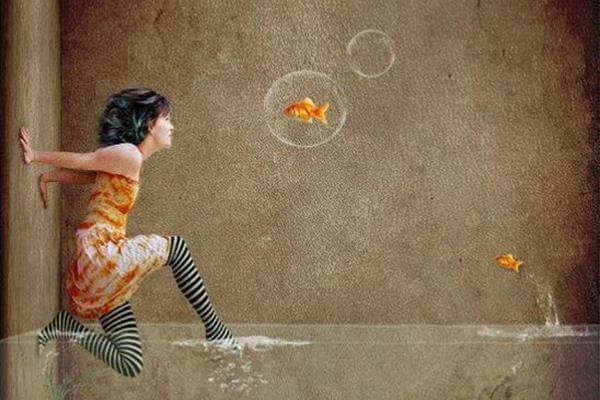 mujer saliendo agua con peces