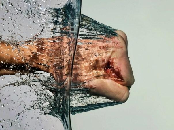 Puño golpeando el agua