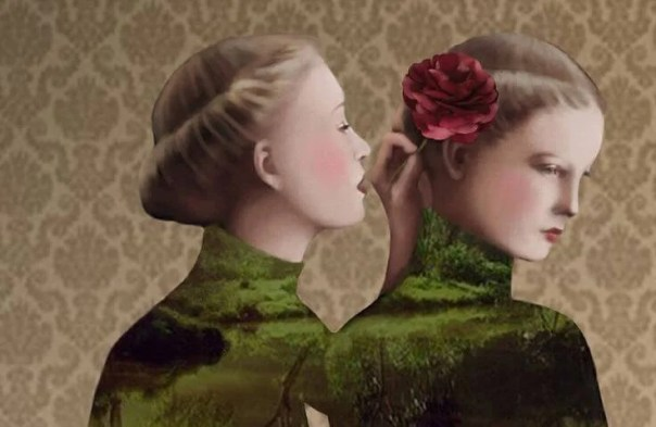 Mujer hablando a otra al oído