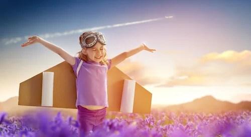 Niño jugando a volar