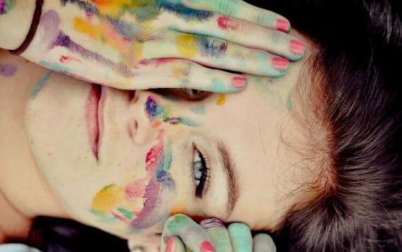 chica sonriendo con la cara pintada