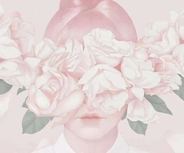 mujer con flores rosas en el rostro