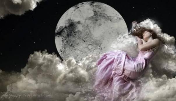 mujer libre sobre la luna