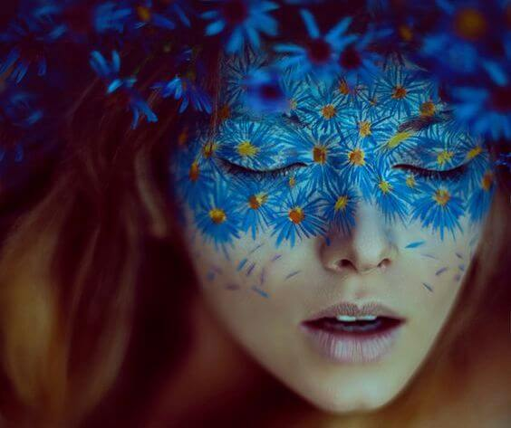 mujer con máscara de flores azules