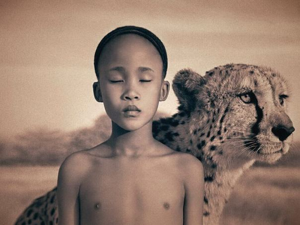 Niño frágil junto a un tigre