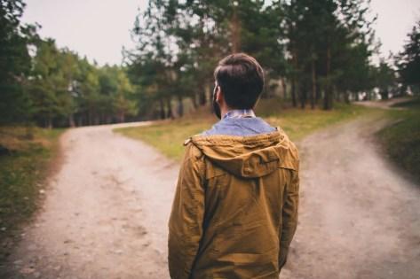 Hombre eligiendo entre dos caminos según la heurística de la afectividad