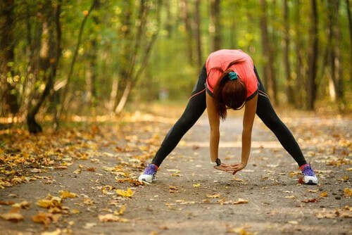 Mujer haciendo deporte para mejorar la memoria