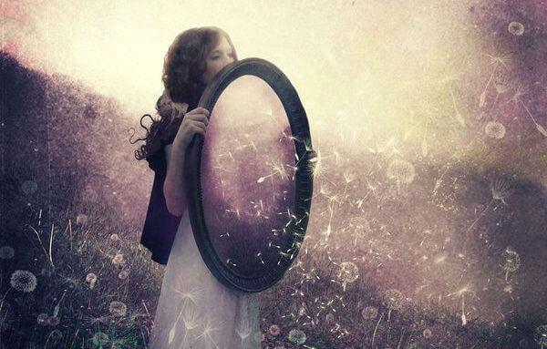 https://i0.wp.com/lamenteesmaravillosa.com/wp-content/uploads/2016/04/mujer-con-espejo-dando-ejemplo.jpg?w=660&ssl=1