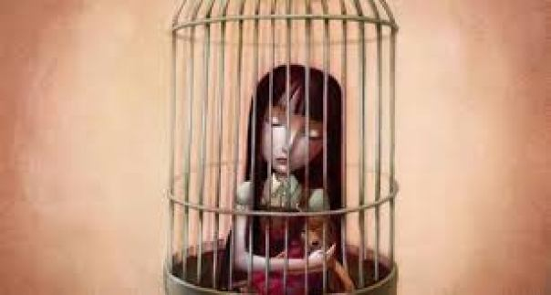 Niña metida en una jaula