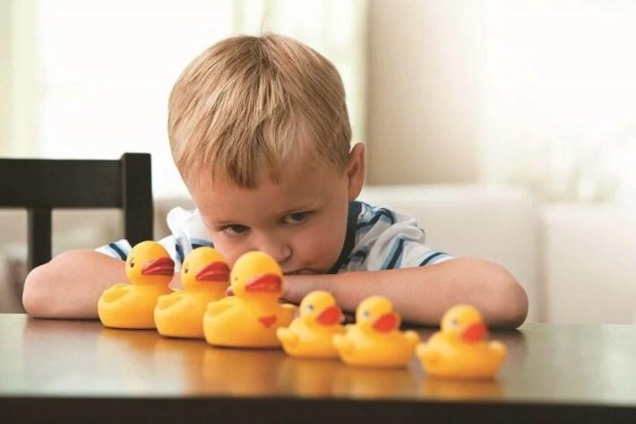niño autista con patos