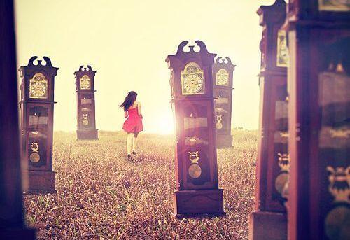 mujer corriendo entre relojes
