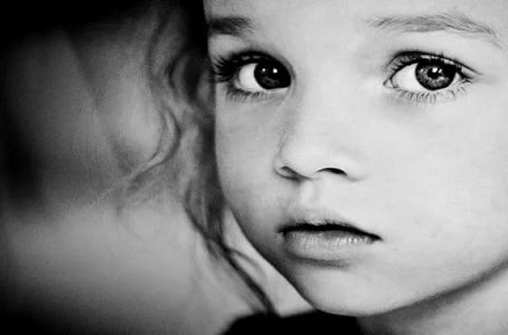 niña con ojos tristes