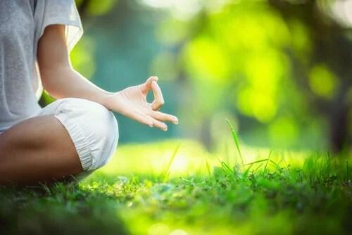 Mujer haciendo meditaación