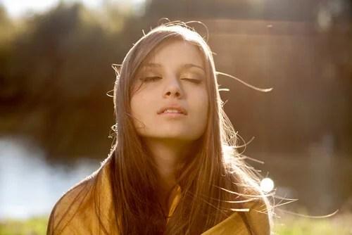 Mujer joven con los ojos cerrados