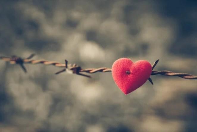 Corazón herido simbolizando palabras incumplidas