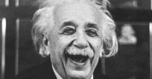 Albert Einstein sonriendo
