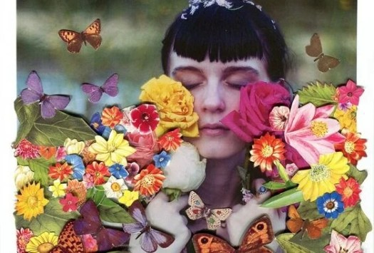chica con flores disfrutando de la vida