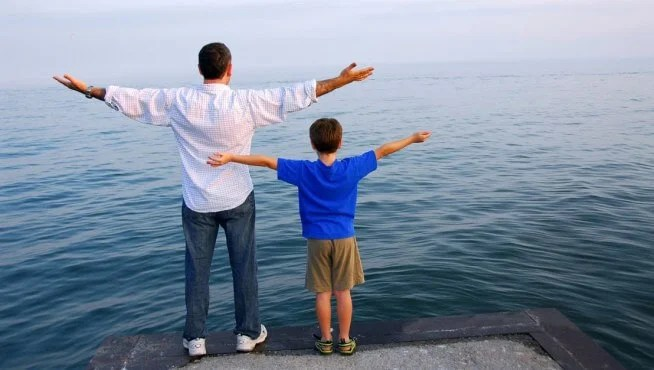 Padre e hijo representando a cómo los niños imitan a los adultos