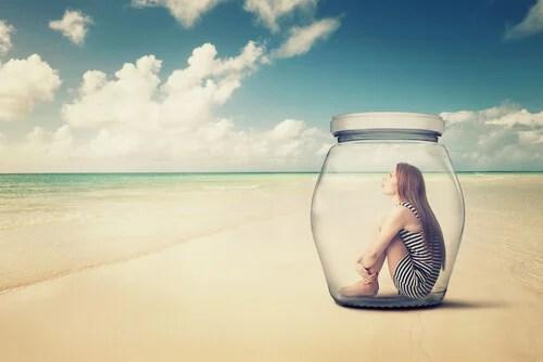 Mujer encerrada en un bote de cristal