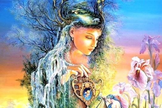 mujer sujetando espejo con escenario florar en la cabeza