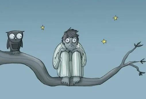 hombre con insomnio sobre un árbol por no poder dormir