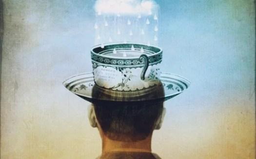 hombre con taza en la cabeza representando el banco de niebla
