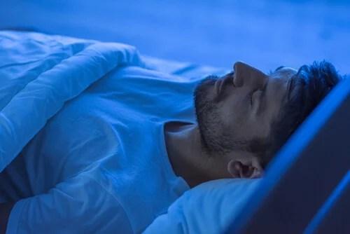 Hombre dormido por la noche
