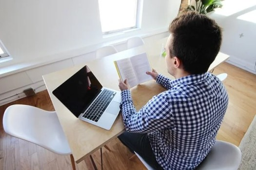 Hombre leyendo en lugar de trabajar