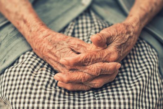 Manos de una persona con demencia