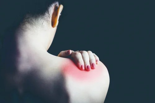 Mujer con dolor de fibromialgia