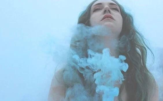 chica envuelta en humo representando cuando no encuentras al amor de tu vida
