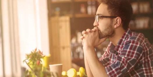 Hombre con gafas pensando sobre las decisiones inconscientes