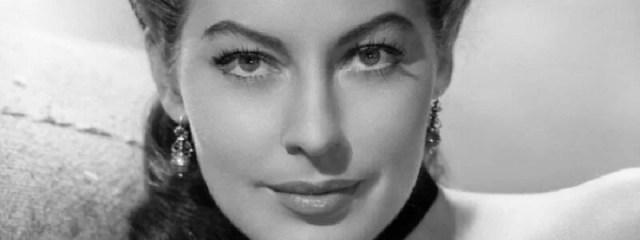 Ava Gardner mirando fijamente