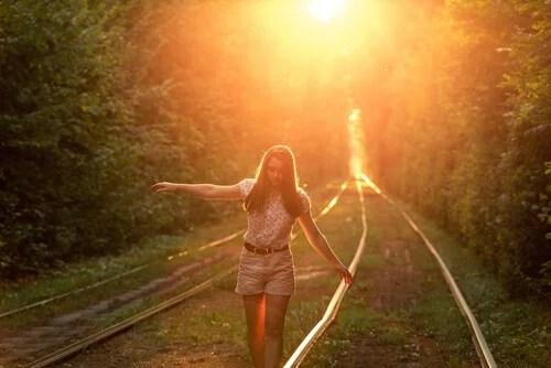 Chica andando por un camino