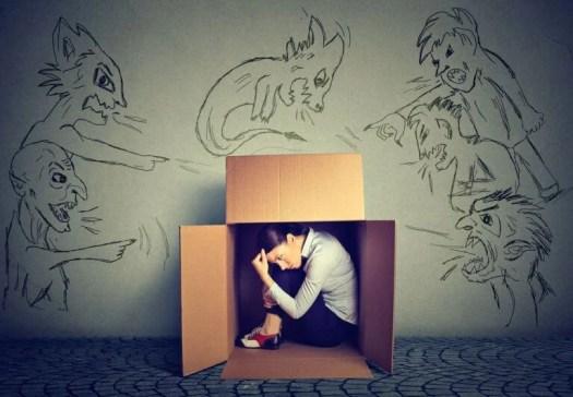 Chica escondida en una caja