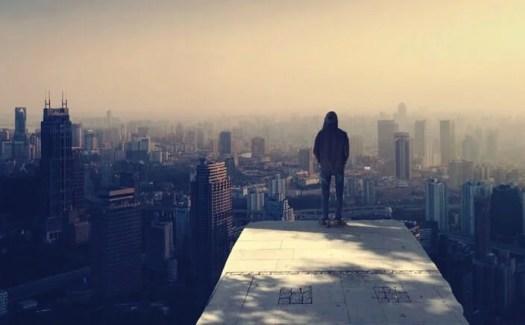 chico mirando una ciudad con miedo a brillar