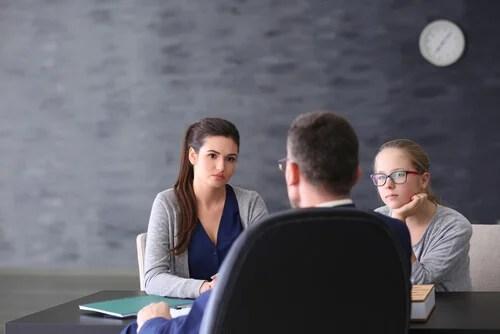 Reunión entre un profesor y la madre de una alumna