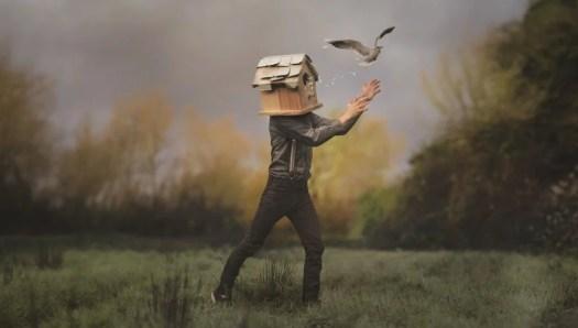 homme avec une boîte à oiseaux symbolisant la symbolisation des phrases d'Ernesto Sábato