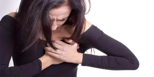 Femme avec douleur dans le coeur