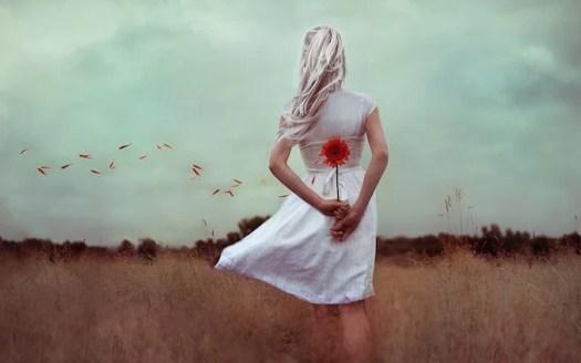 femme avec une fleur qui n'a pas surmonté la période de deuil
