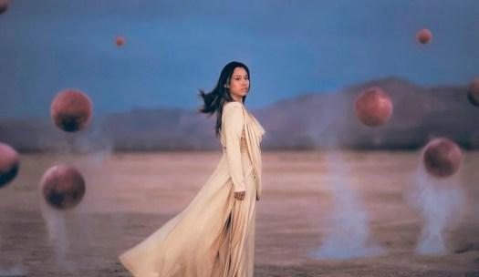 femme avec des sphères qui a surmonté la période de deuil