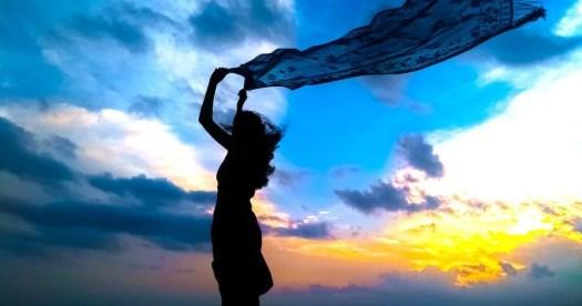 Femme avec voile dans le vent symbolisant l'abondance