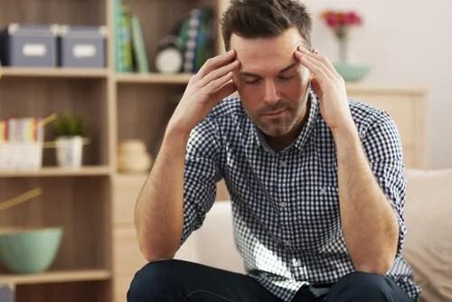 Hombre cansado simbolizando la procrastinación y su relación con la ansiedad