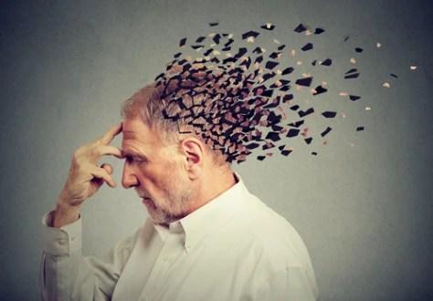 Homem com mente formada por peças