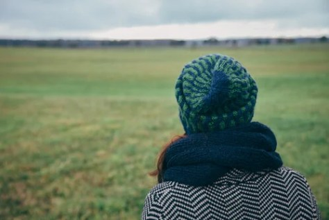 Mulher sentindo nostalgia por sua cidade ou saudade