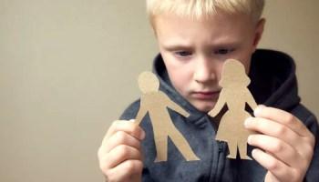 Hijo mirando figuras de padres pensando en los padres fallan a sus propios hijos