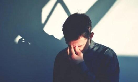 Hombre triste con la mano en el rostro