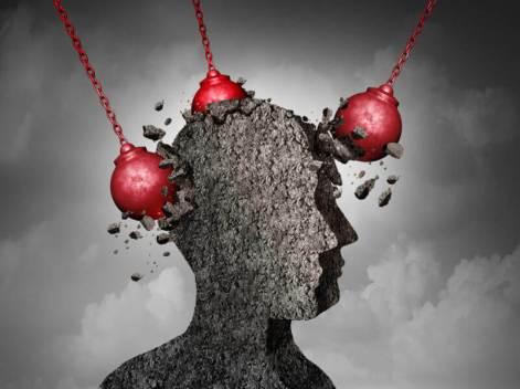 Cabeza de una persona bombardeada representando la teoría sobre el Yo fuerte