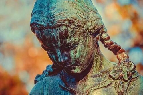 estatua oxidada pensando en el resentimiento