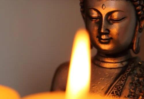 Buda con una luz de una vela